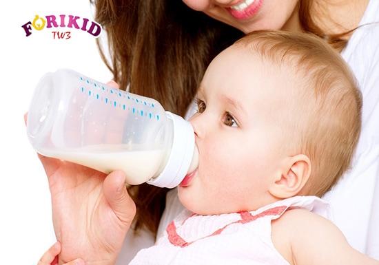 Có thể một số thành phần trong sữa công thức sẽ ảnh hưởng tới hệ tiêu hóa và gây táo bón ở trẻ