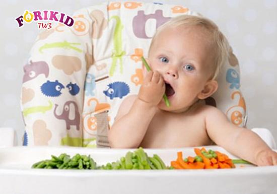 Việc trẻ ăn bốc bằng tay giúp bé có được cảm giác thoải mái nhất trong bữa ăn