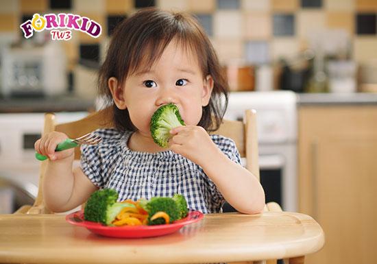 Đảm bảo cho bé ăn uống đầy đủ dưỡng chất hằng ngày là cách cải thiện thể chất của bé tốt nhất