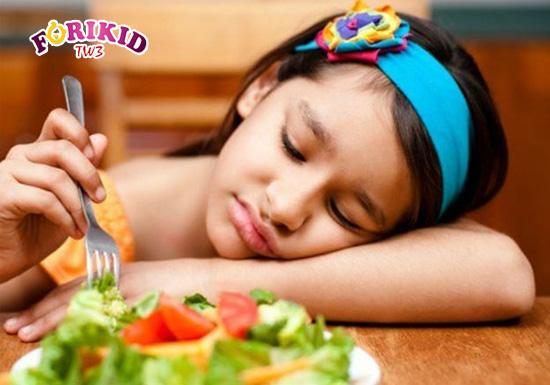 Những thay đổi về thể chất và sinh lý ảnh hưởng không nhỏ tới khả năng ăn uống ở trẻ