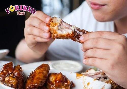 Ăn uống với chế độ dinh dưỡng không cân bằng là nguyên nhân đầu tiên khiến trẻ chậm phát triển chiều cao