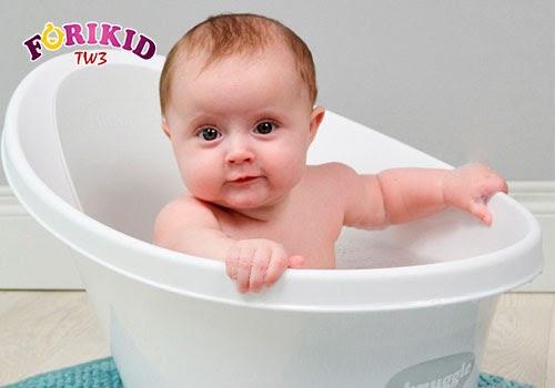 Ngâm nước ấm cũng là biện pháp cải thiện táo bón và giúp trẻ mau chóng dễ chịu hơn
