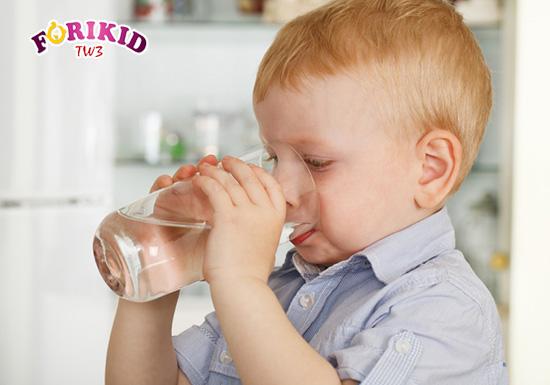 Uống chút nước trước bữa ăn sẽ giúp trẻ làm sạch hệ tiêu hóa và cải thiện ăn ngon ở trẻ