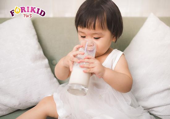 Sữa bột cũng là một nguồn bổ sung dưỡng chất rất tốt cho trẻ mới ốm dậy