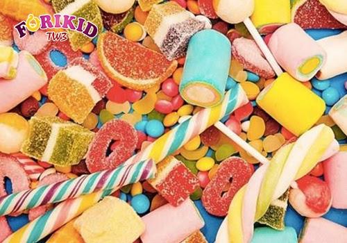 Các loại bánh kẹo, đồ ăn vặt có thể khiến bé nhanh no nhưng hàm lượng dinh dưỡng lại rất ít