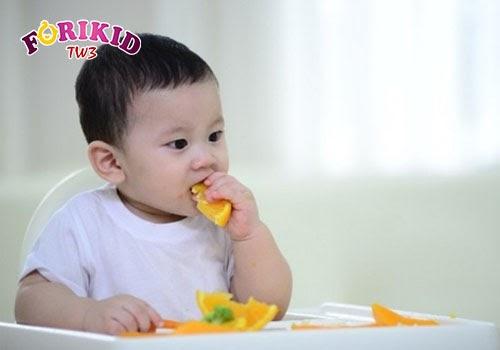 Trẻ sẽ cảm thấy thích thú khi tự mình cầm, nắm và thưởng thức đồ ăn