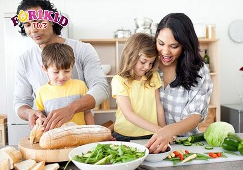 Việc cùng chuẩn bị với mẹ sẽ giúp bé cảm thấy thích thú, hào hứng bữa ăn hơn
