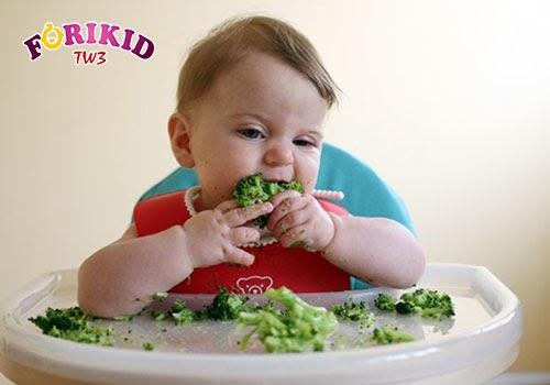 Cầm đồ ăn bằng tay cũng là biện pháp giúp trẻ ăn ngon miệng được nhiều mẹ áp dụng