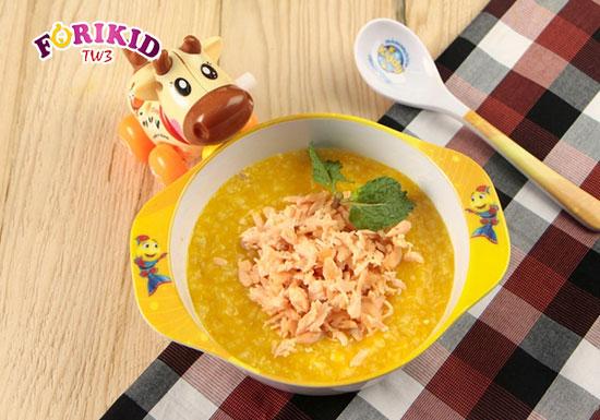 Cháo bí đỏ cá hồi là món ăn bổ dưỡng mà lại cải thiện táo bón ở trẻ 1 tuổi rất tốt