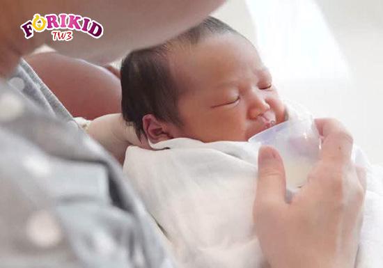 Sữa công thức cũng là một biện pháp cải thiện tình trạng trẻ sơ sinh chậm lớn mà mẹ có thể nghĩ đến