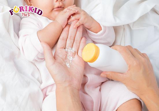 Sử dụng các sản phẩm ngoài da cũng là cách để bé hết tình trạng rôm sảy trên da