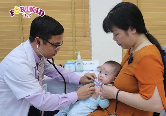 Đưa trẻ 3 tháng táo bón đi khám kịp thời sẽ giúp hạn chế được những nguy cơ khôn lường