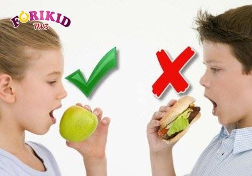 Chế độ ăn uống phù hợp với lứa tuổi cũng là cách để cải thiện thể trạng của trẻ