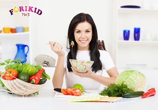 Đảm bảo chế độ dinh dưỡng ở cả mẹ và con sẽ giúp cho trẻ sơ sinh lớn khỏe, phát triển tốt