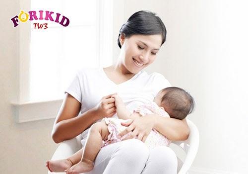 Đảm bảo cho trẻ bú đủ sẽ giúp đáp ứng lượng nước mà cơ thể của bé cần cho tiêu hóa