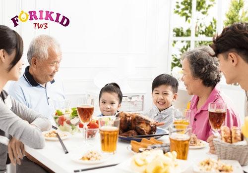 Khi ngồi cùng với cả nhà, bé sẽ thấy tầm quan trọng của bữa ăn và có sự tập trung vào việc ăn uống hơn