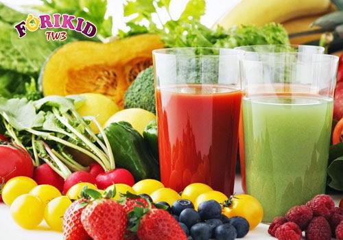 Nước ép hoa quả cung cấp vitamin, khoáng chất và chất xơ chữa trị táo bón ở trẻ hiệu quả