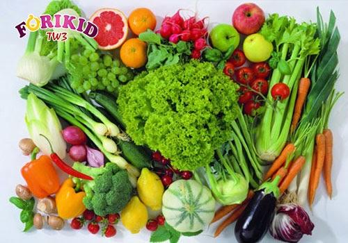 Chế độ ăn của mẹ thiếu chất xơ như rau củ quả có thể khiến trẻ bị táo bón