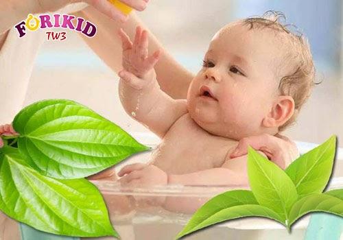 Tắm lá để trị rôm sảy ở trẻ là cách điều trị hiệu quả đối với các trường hợp nhẹ