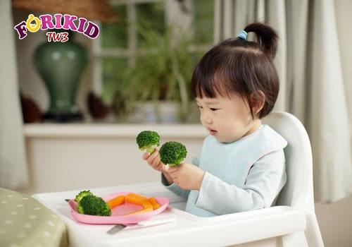 Được cầm đồ ăn khiến bé cảm thấy thoải mái và bữa ăn giống như là giờ chơi của mình vậy