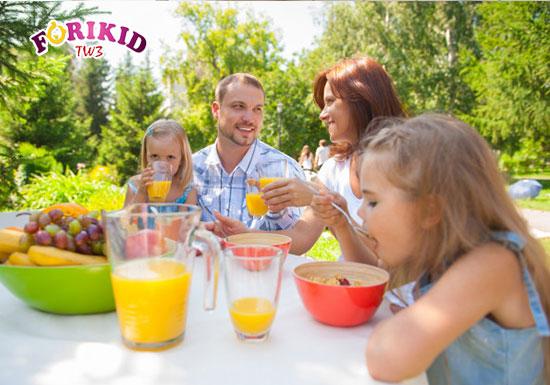 Thay đổi không gian bữa ăn ra ngoài trời cũng sẽ giúp bé hứng thú và ăn ngon miệng hơn