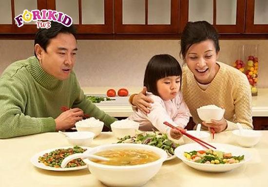 Trẻ luôn thích thú và thưởng thức những món ăn mới nhiều hơn