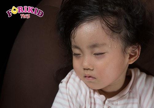 Đổ mồ hôi quá nhiều do nóng trong cũng gây nên tình trạng rôm sảy ở trẻ