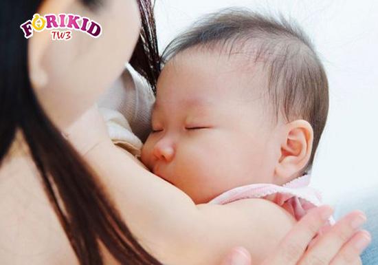 Bỏ bú, không chịu bú cũng có thể là nguyên nhân dẫn tới tình trạng trẻ sơ sinh chậm lớn