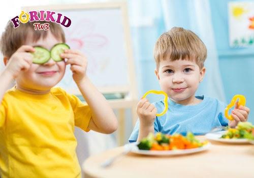 Tạo tâm lý vui vẻ, thoái mái cho các bé trong bữa ăn là điều nên làm