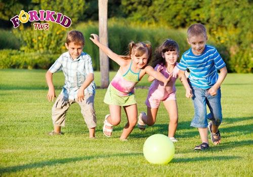 Vận động giúp trẻ tiêu hao năng lượng, tạo cảm giác thèm ăn